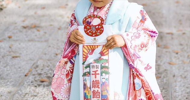 七五三の千歳飴を持った女の子
