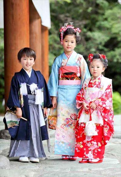 七五三で晴れ着を着た3人の子供たち
