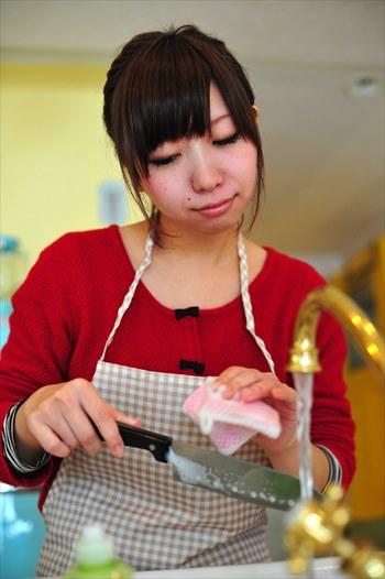 調理器具を洗う女性