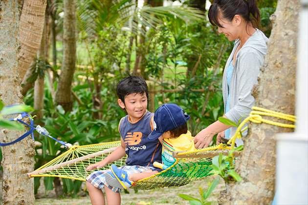 子供と一緒の家族旅行風景