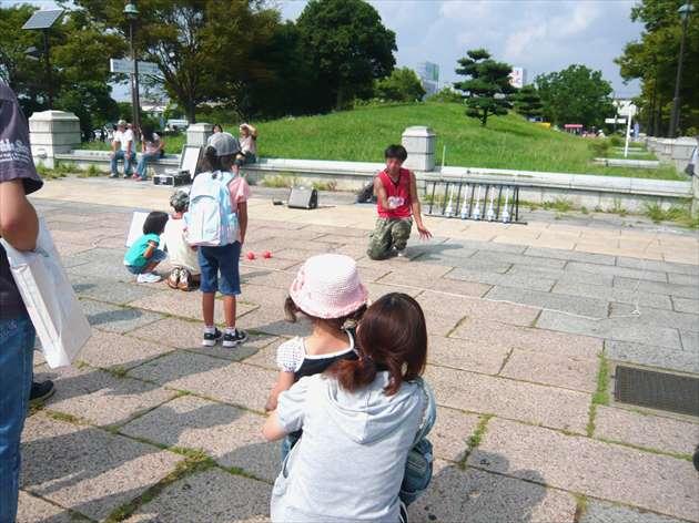 暑い夏の公園で遊ぶママと子供