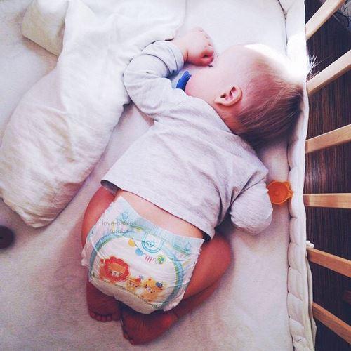 おむつをはいて眠る赤ちゃん