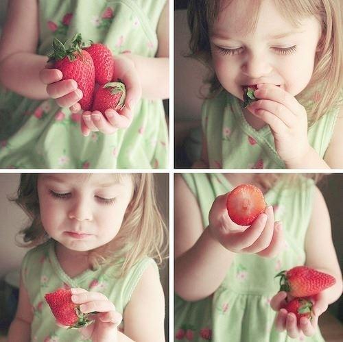 おいしそうにイチゴを食べる女の子