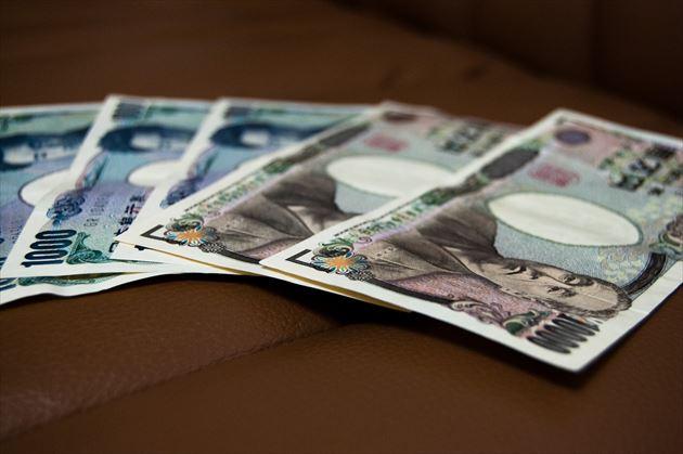 テーブルに置かれたお金