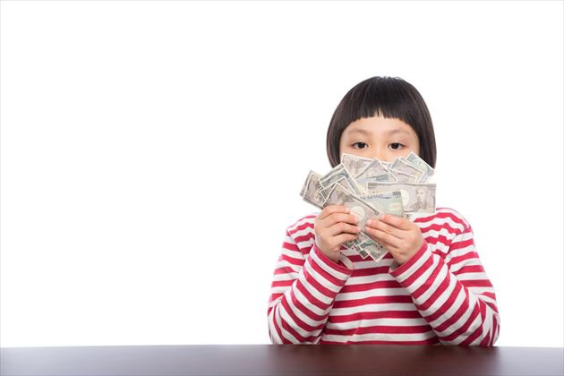 たくさんのお金を持つ子供