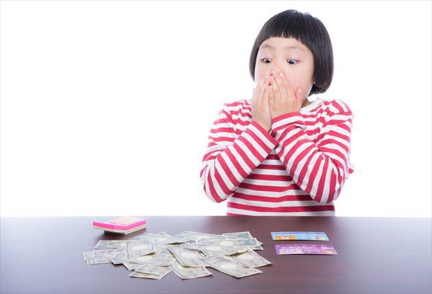 たくさんのお金を見て驚く子供