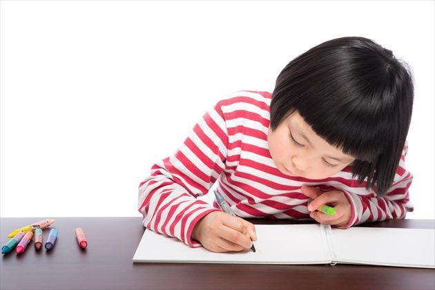 無邪気に絵を描く子供