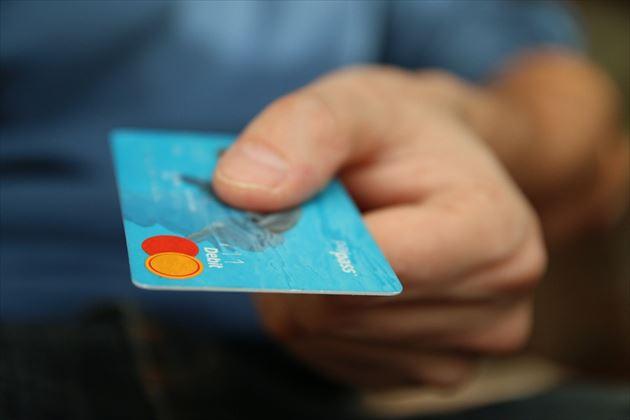 クレジットカードを持つ大人