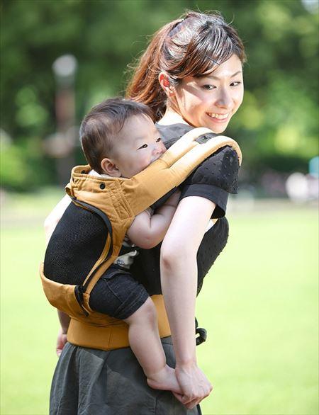 赤ちゃんを抱っこする母親の画像