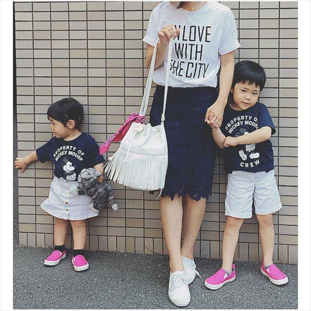 ヒラキのスリッポンでお揃いコーデを楽しむ親子の画像