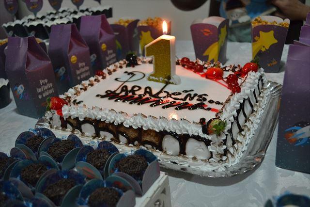1歳の誕生日を祝うケーキの画像