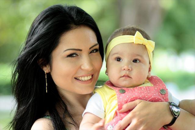赤ちゃんとお母さんの画像